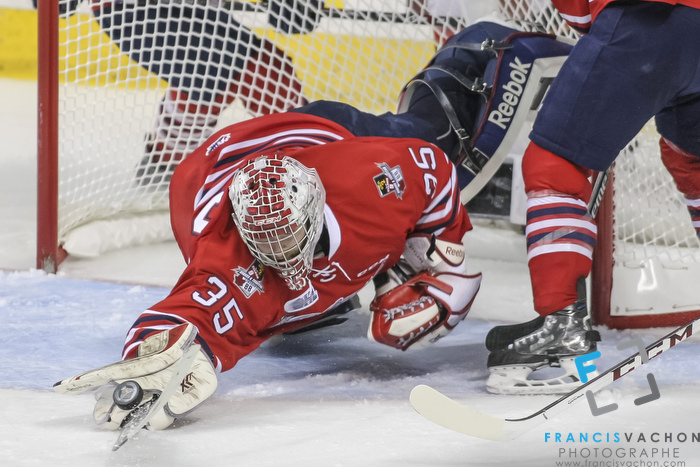Oshawa Generals' goalkeeper Ken Appleby makes a save during Memorial Cup finals action in Quebec City  on Sunday May 31, 2015. Francis Vachon/Postmedia Network