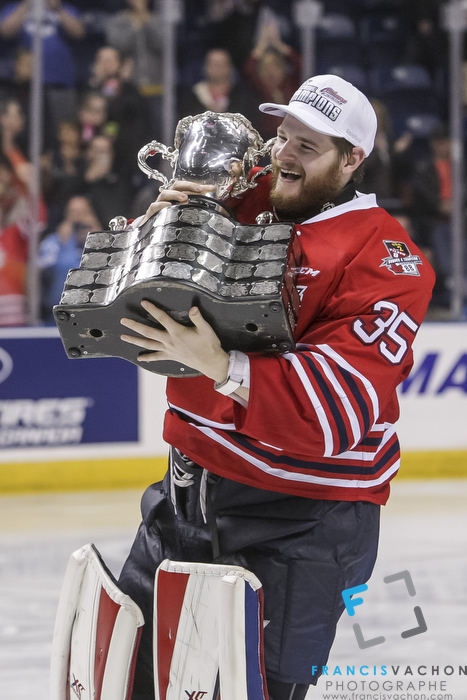 Oshawa Generals goalkeeper Ken Appleby raises the Memorial Cup after winning the final against the Kelowna Rockets in Quebec City on Sunday May 31, 2015. Francis Vachon/Postmedia Network